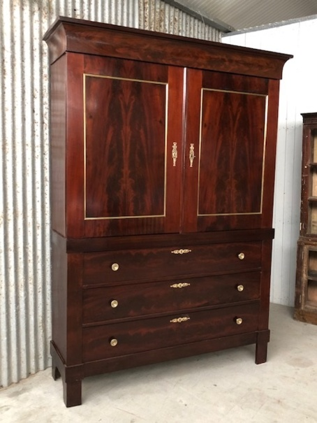 Mahonie Empire kabinet, met messing beslag.