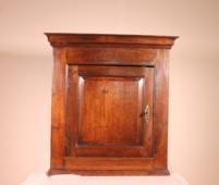 fine quality 18 century hanging cabinet in oak