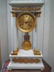 Wit marmer portico clock
