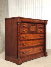 Mahonie linnenkast, ladenkast, commode, chest of drawers met volle pilaren Cuba bloem mahonie gefineerd op essenhout.    Comm-2123